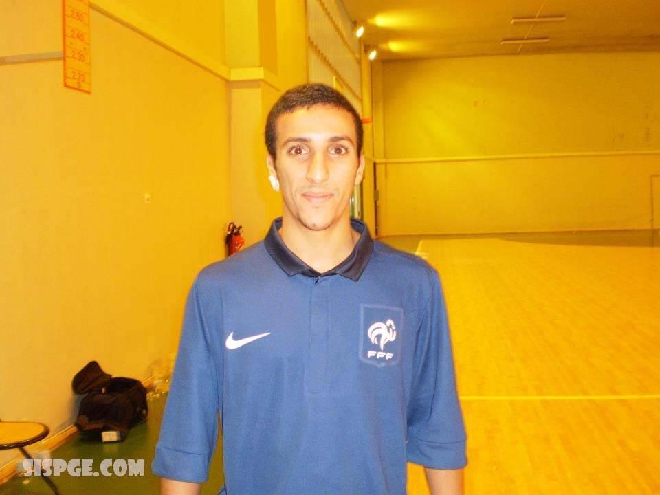 อัซดีน ไอกูน เกิด 11 พฤษภาคม 1987, เป็นผู้เล่นต่างประเทศ ฝรั่งเศสของฟุตซอลAigoun เริ่มเล่นฟุตซอลในภูมิภาคปารีส เขาถูกพบเห็นในปี 2010